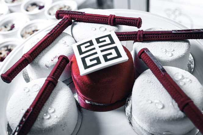 Капкейки с логотипом Givenchy