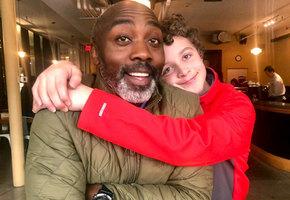 Одинокий мужчина усыновил 13-летнего мальчика после того, как приемные родители оставили его в больнице