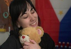 Женщина восстанавливает всем желающим старые игрушки — в память об ушедшей маме