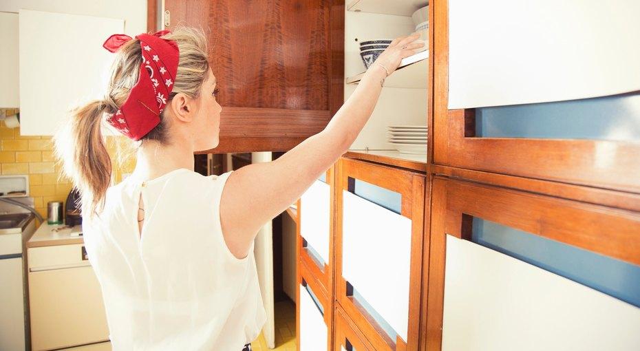 Все пополочкам: 10 лайфхаков дляорганизации хранения вкухонных шкафчиках
