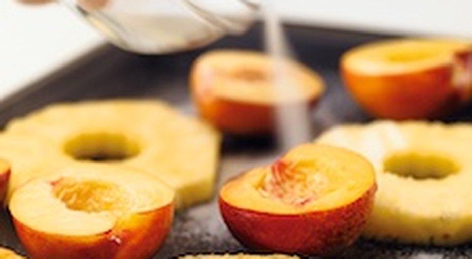Запекаем фрукты нагриле