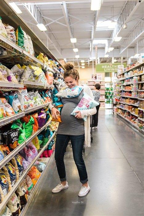 «Мне не до гламура!» Женщина, беременная третьим ребенком, устроила фотосессию в продуктовом магазине