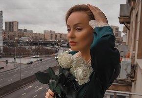 Направила время вспять: 55-летняя звезда «Бальзаковского возраста» Жанна Эппле восхищает элегантным образом