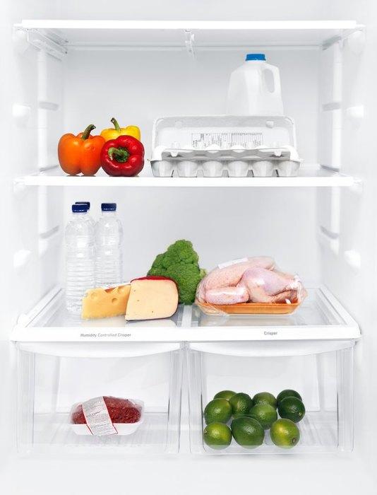 Почему нельзя хранить курицу на верхней полке холодильника?