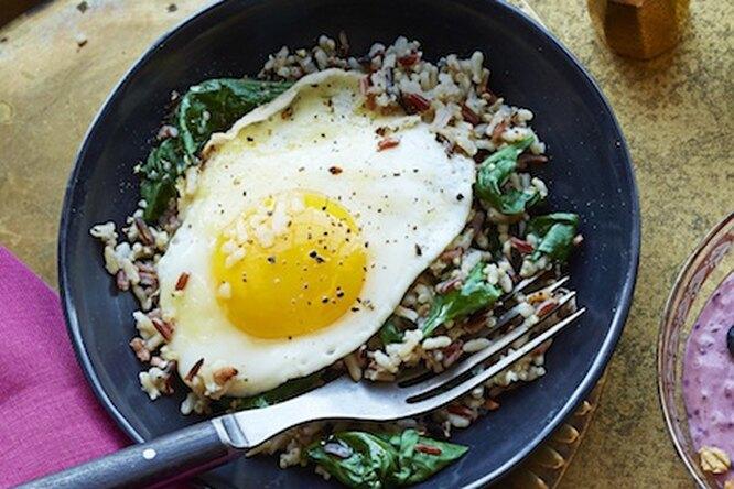 Дикий рис со шпинатом и яйцом