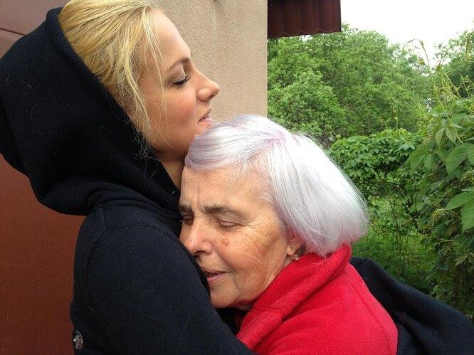 Полина Максимова с бабушкой