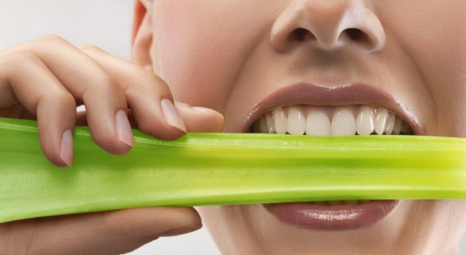 8 летних продуктов, которые могут серьезно повредить наши зубы
