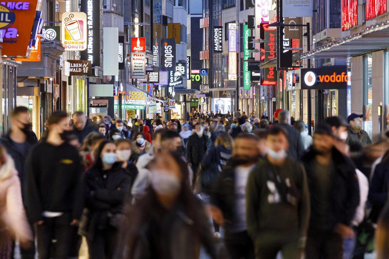 толпа в масках