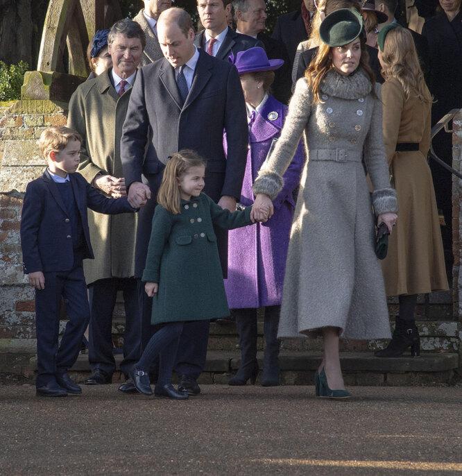 Герцоги Кембриджские со старшими детьми на рождественской службе