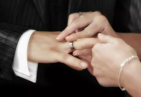 Будь моей несмотря ни на что: пара сыграла свадьбу, стоя у окна