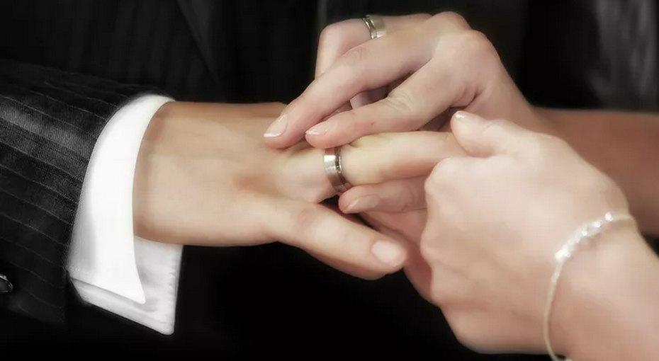 Будь моей несмотря ни начто: пара сыграла свадьбу, стоя уокна