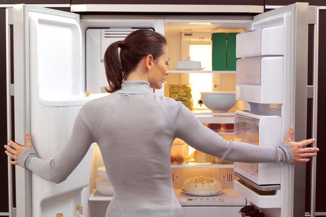 Как правильно разложить продукты вхолодильнике, чтобы они хранились дольше?
