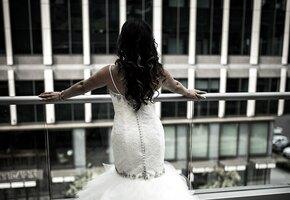 Невеста выбросила жениха со второго этажа за отказ вручить дорогие подарки