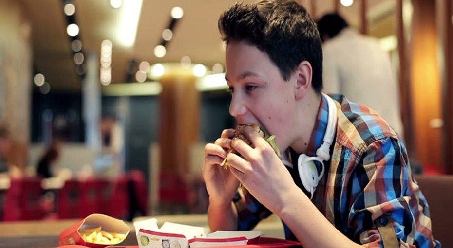 Соцсети делают подростков более восприимчивыми квредной еде ифастфуду