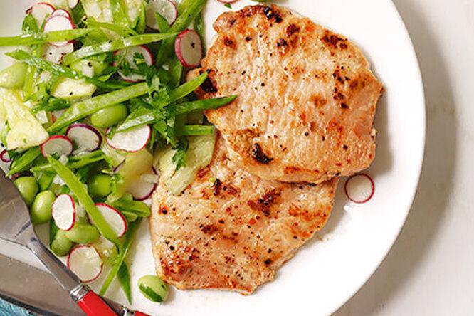 Свиные отбивные с пикантным салатом