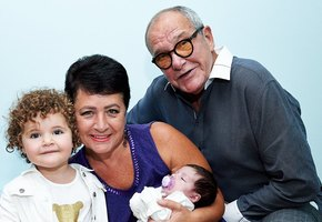 «Как же вы похожи!» 58-летняя жена 80-летнего Эммануила Виторгана показала сестру-близнеца и маму