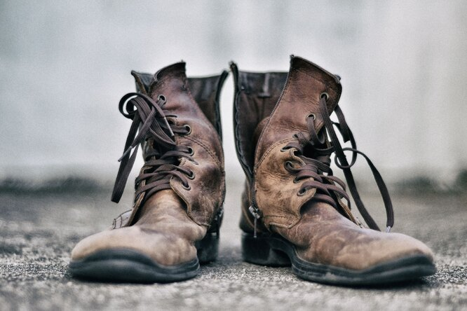 старые ботинки, поношенная обувь, бедность