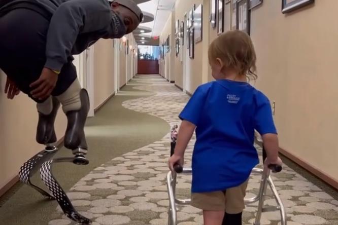Паралимпийский чемпион трогательно поддержал 2-летнюю девочку, потерявшую ногу