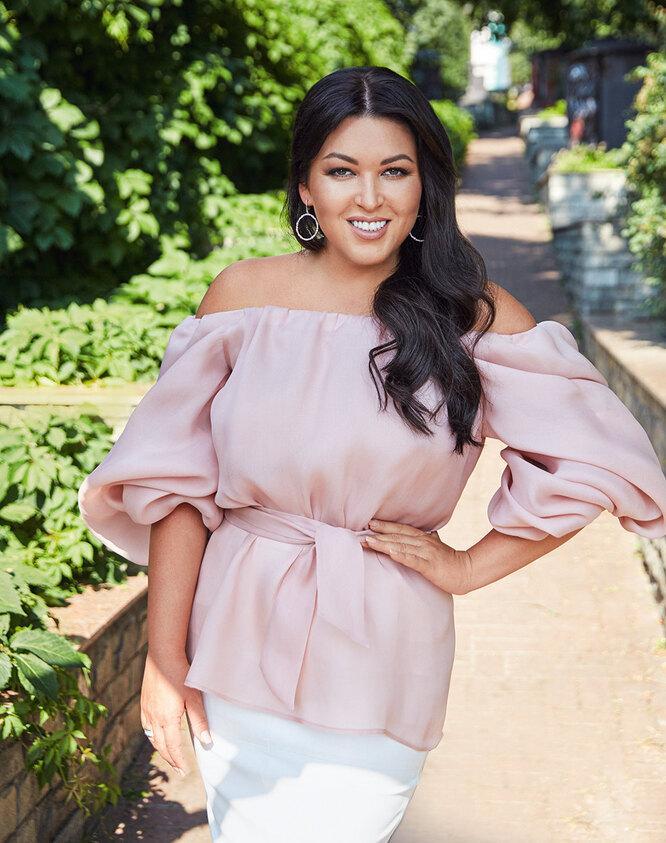 Блуза, Maltseva Style; серьги, Sokolov; кольцо, Sunlight;  юбка – собственность героини