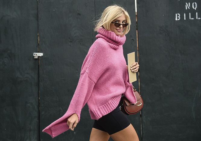 модель в свитере и мини-юбке