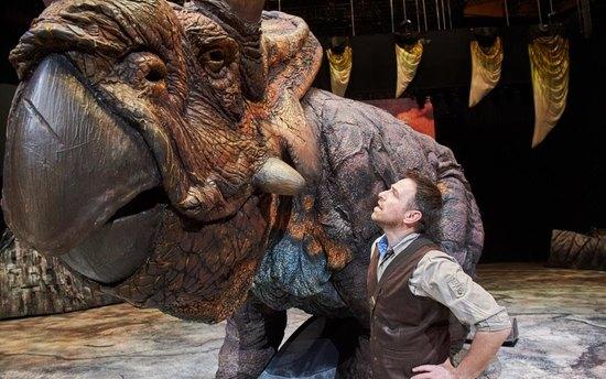 «Эти динозавры - потрясающие актеры!»: Сергей Гузеев рассказал ошоу «Прогулки сдинозаврами» исвоей роли палеонтолога Хаксли