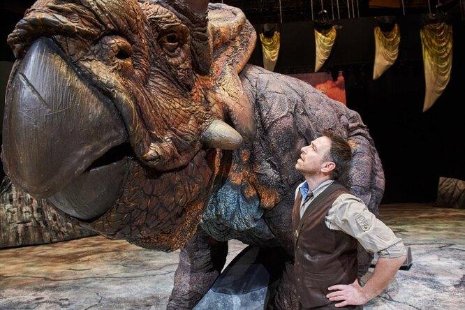 «Эти динозавры – потрясающие актеры!»: Сергей Гузеев рассказал ошоу «Прогулки сдинозаврами» исвоей роли палеонтолога Хаксли