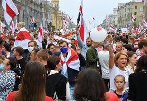 В Минске испекли гигантский 80-килограммовый торт — прямо на митинге протеста