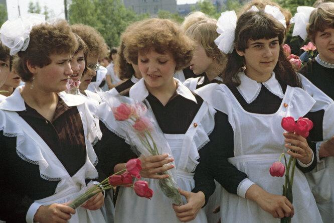 Кто придумал советскую школьную форму? Три вида фартуков иворотничков