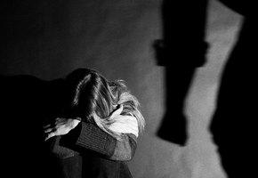 «Муж ходил по дому в белоснежных носочках и, когда находил пыль, избивал». Анна Ривина о том, почему женщины не уходят