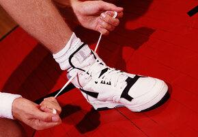 «Конкурируй, но будь человеком»: юный спортсмен тайно отдал сопернику свою обувь