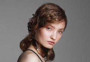 Гид по украшениям для волос: от крабиков и невидимок до ободков из бисера