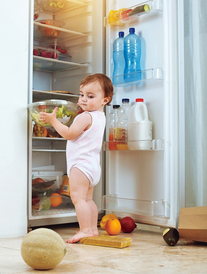 ребенок у холодильника