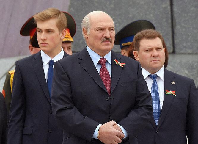 Александр Лукашенко с сыном Николаем (слева)