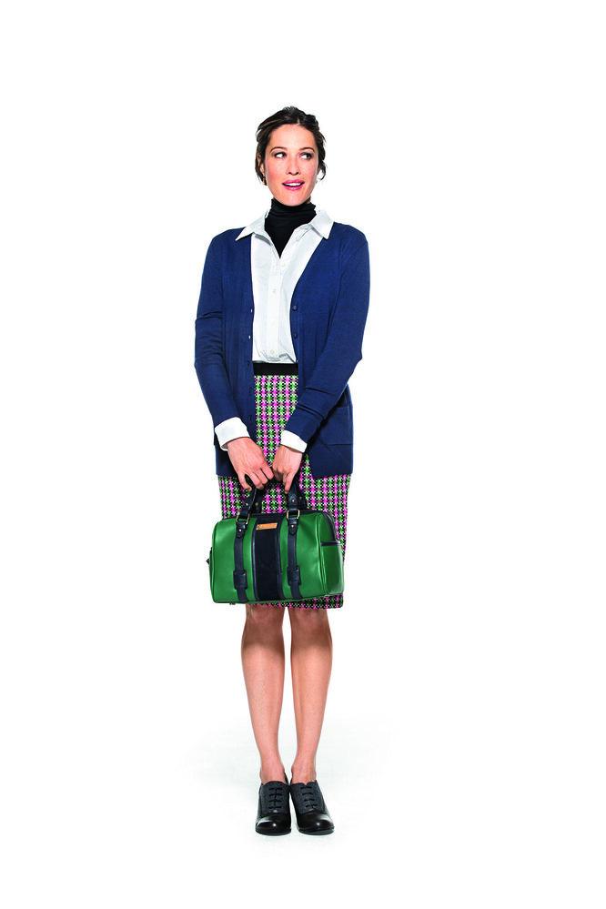 черная водолазка Boden, белая рубашка Gap, синий кардиган Forever 21, зеленая сумка Spartina 449, ботильоны-оксфорды G.H.Bass & Co