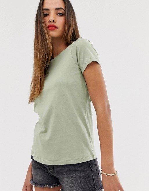 девушка в футболке и коротких шортах