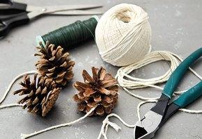 Новогодний декор из шишек: 10 украшений, которые можно сделать своими руками