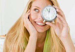 Красота по часам: в какое время суток наносить уход для лица?