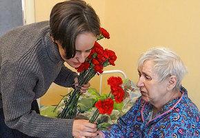 Забота не по календарю. Кто поговорит о жизни с бабушкой в доме престарелых?