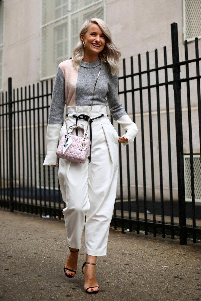 Девушка в белых брюках