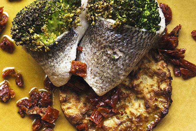 Сибас с картофельными драниками и брокколи