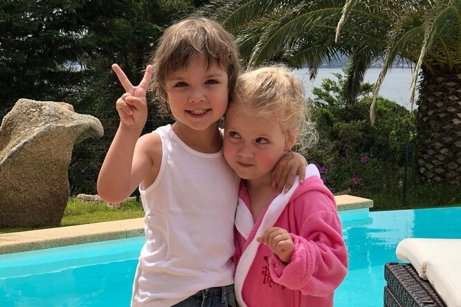 Лиза вцветах иГарри нахимере: Максим Галкин показал новые фото близнецов