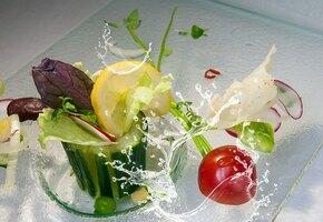 Необычные салаты с обычными огурцами: пикантный, с белым соусом и с ананасом