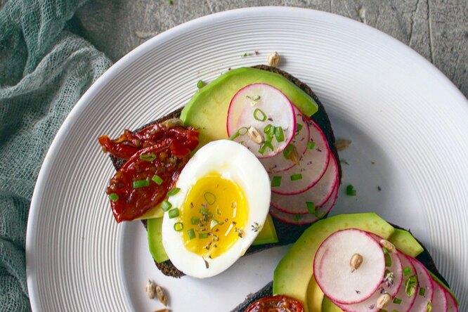 Весенние сэндвичи с яйцом и авокадо