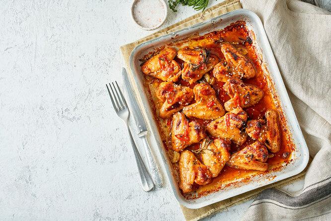 Рецепты звезд: Оскар Кучера готовит крылья всоевом соусе