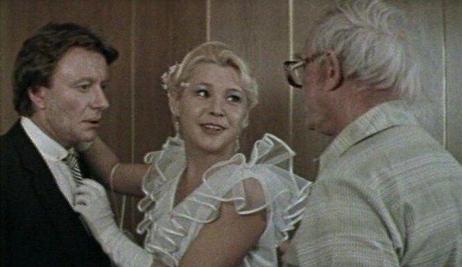 "кадр из фильма ""Блондинка за углом"""