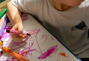 Воспитательница написала на животе у ребенка записку для матери и возмутила пользователей соцсетей