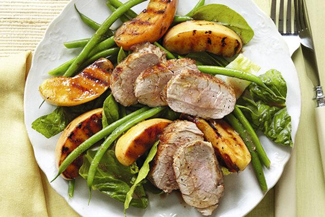 Свиная вырезка-гриль с салатом и яблоками