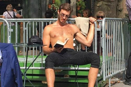 «Горячие парни читают книги».  Девушка делает фото исмешные подписи кним