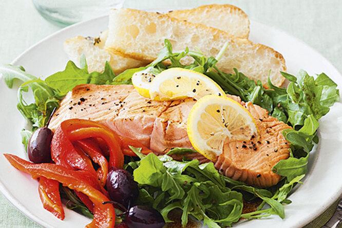 Тосканский салат с семгой на пару