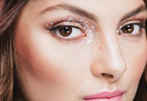 Больше блеска: 7 вариантов праздничного макияжа с глиттером